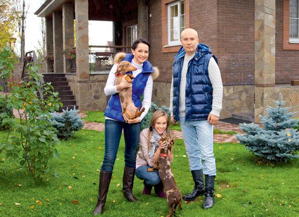 Николай Разгуляев и Ольга Кабо с дочкой Таней пригласили нас в свой загородный дом в Подмосковье.  На Ольге жилет, свитер и джинсы LAUREL