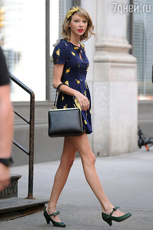 Тейлор Свифт. Платье Urban Outfitters, сумка Dolce&Gabbana