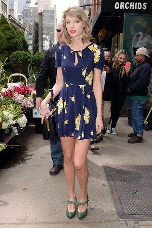 Платье Urban Outfitters, туфли Shellys, сумка Dolce&Gabbana