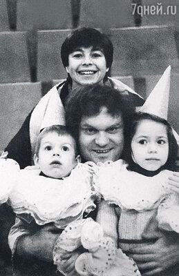 С женой, сыном Владимиром и дочкой Катей. 1985 г.