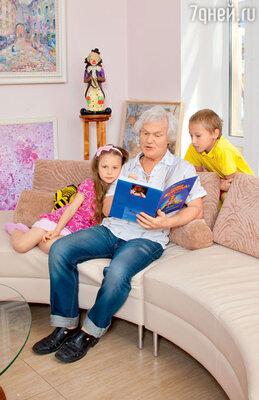 С внуками Настей и Никитой