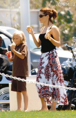 С приемным сыном Джесси-младшим (ребенком мужа от его первого брака)