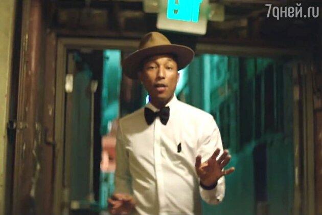 В 24-часовом клипе «Happy» камера снимала разных людей, танцующих под песню, то в укороченном варианте в кадре поет и танцует сам Фаррел