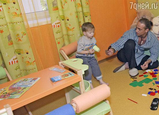 Детская зона в квартире состоит из двух комнат — спальни и игровой