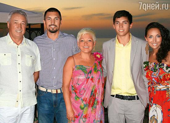 Алсу с отцом Ралифом Рафаиловичем, старшим братом Маратом, мамой Разией Исхаковной, младшим братом Ренардом