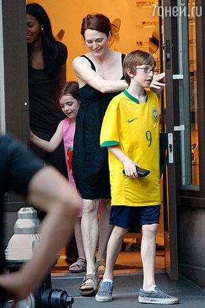 Джулианна Мур с детьми Лив и Калебом