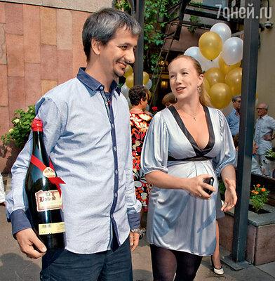 Счастливые родители Дарья Мороз и Константин Богомолов