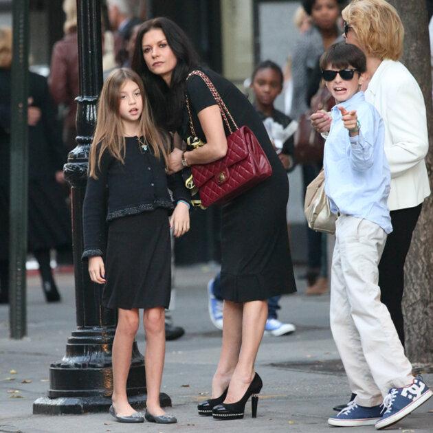 Кэтрин Зета-Джонс (Catherine Zeta-Jones) c сыном Диланом (Dylan) и дочерью Кэриc (Carys)