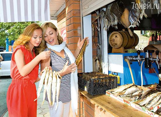 Елена Захарова советуется с Ариной Шараповой, какую тарань лучше брать