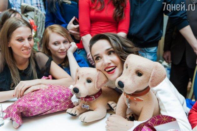 Когда одна из поклонниц преподнесла Наталии двух собачек, связанных вручную и сделанных своими руками, актриса едва не заплакала