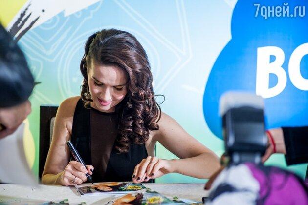 Особо ценным и ожидаемым для поклонников певицы является автограф от Наталии на крышке мобильного телефона, а также на обратной стороне iPad