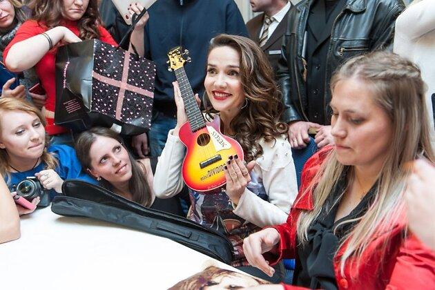 Одним из подарков, особенно поразившим Наталию, стала гитара для Мерлина