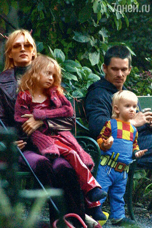 Ума Турман и Итэн Хоук с детьми Майей и Левоном