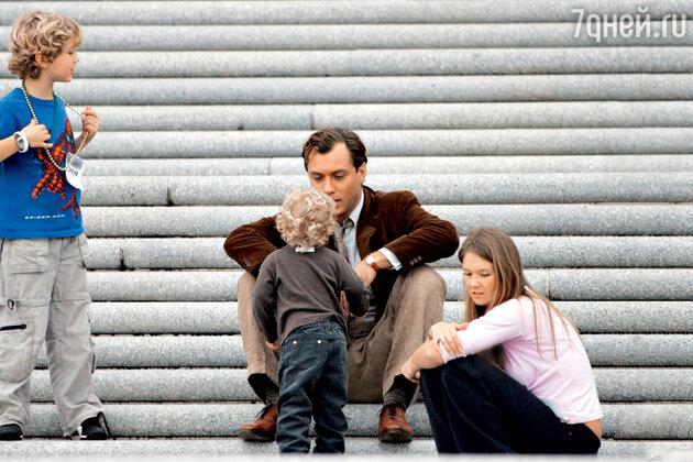 Джуд Лоу с сыновьями Рафферти и Руди и няней Дэйзи Райт