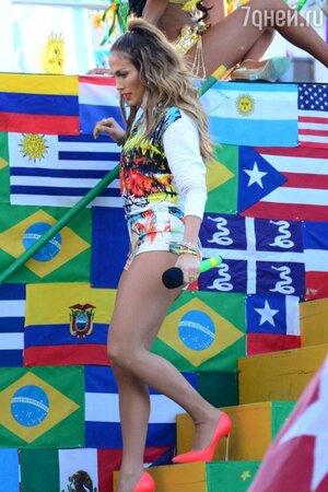 Дженнифер Лопес в джемпере от Cedric Charlier, шортах от Milly, в туфлях от Casadei на съемках видео на песню «We Are One (Ola Ola)»