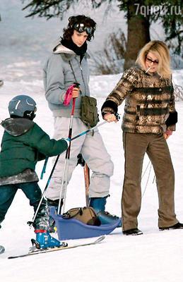 С внуками — Игорем, сыном Кристиана (Кристиана Денев родила от известного режиссера Роже Вадима в 1963 году), и Мило, сыном Кьяры. Куршевель, февраль 2006 г.
