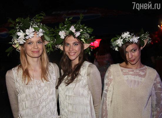 Звездных гостей украсили венками из живых лилий