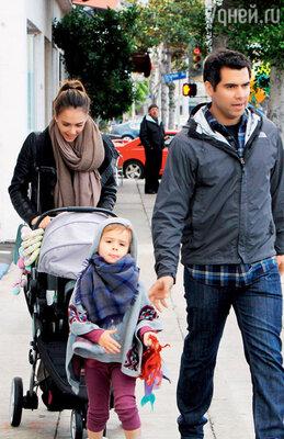 Джессика Альба с мужем Кэшем и дочерью Хонор Мари