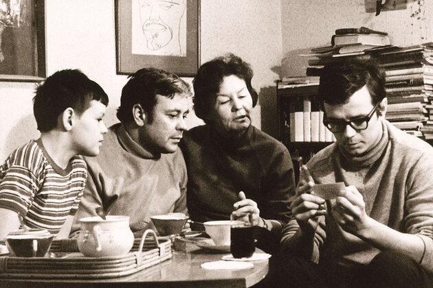 Донатас Банионис с женой Оной, сыном и внуком