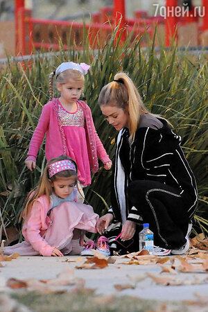 Дениз Ричардс c дочерьми, 2010т год