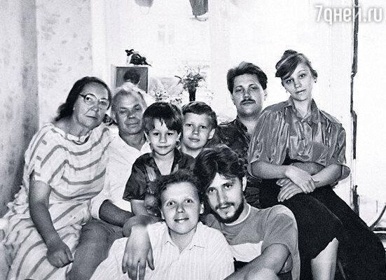 Мама, папа, мой племянник Руслан, приемный сын Максим, брат Евгений с женой Светланой. Внизу — мы с Наташей