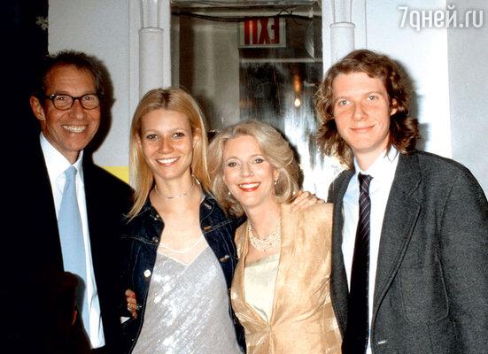 Гвинет Пэлтроу с отцом Брюсом, мамой Блайт ибратом Джейком. 2001г.