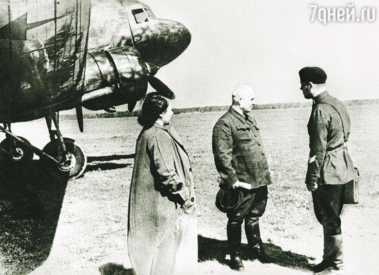 Никита Хрущев с женой перед вылетом на фронт
