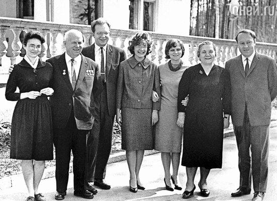 Никита Сергеевич Хрущев с семьей (слева направо): дочь Елена, сын Сергей, жена Сергея, дочь Рада, жена Нина Петровна. зять А.И.Аджубей. 1963 год