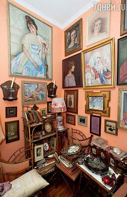 Для окраски стен в столовой был выбран цвет легкого абрикосового румянца. Старинный гарнитур из бамбука сделан вяпонском стиле в Литве в 1890-е годы