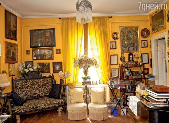 Музыкальная гостиная. В углу — диван 1880-х годов, точно на таком фотографировалась бабушка маэстро Мария Андреевна