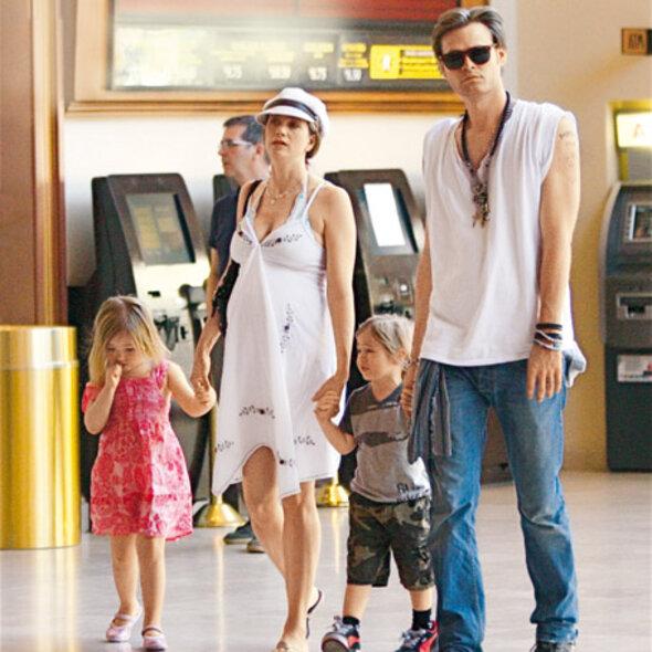 С мужем Кристофером Бэкусом и детьми Джонни Кристофером и Маттеа Энджел незадолго до родов