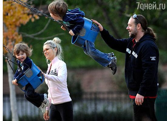Еще совсем недавно семейная жизнь Рассела Кроу казалась совершенно безоблачной. С женой Даниэль и сыновьями, 2009 г.