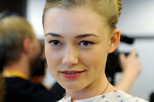 Беременная Оксана Акиньшина вышла в свет в облегающем платье