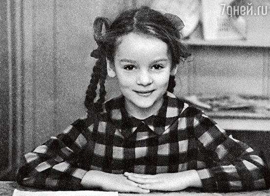 Жанну в школе учителя считали странной девочкой, подруг у нее не было