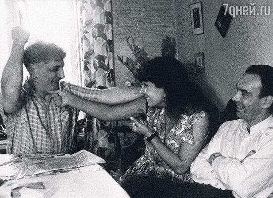 Молодожены Гитана и Алексей в гостях уВиктора Ардова на Ордынке. 1963 г.
