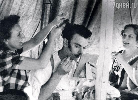 Мама Алексея Владимировича НинаОльшевская (справа) много лет служила режиссером в Театре Советской Армии, гдеБаталов играл в нескольких спектаклях