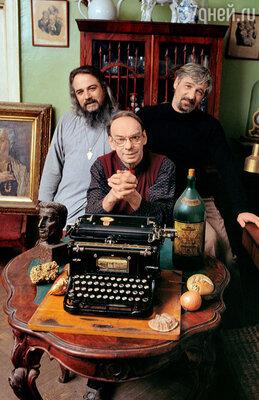 С братьями Михаилом (слева) и Борисом в квартире наОрдынке. 90-е годы