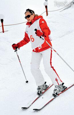 Татьяна Михалкова не снимает легендарный черный бантик, даже катаясь на лыжах