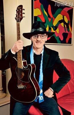 Михаил Боярский шутит, что шляпа спасет его в кризис: он бросит ее на пол, когда пойдет петь в метро