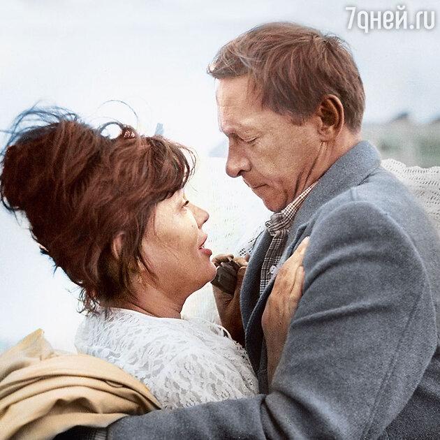 Олег Ефремов и Люсьена Овчинникова  в фильме «Мама вышла замуж». 1969 г.