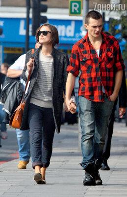 На прогулке с бывшим другом Рупертом Френдом. Лондон, апрель 2010 г.