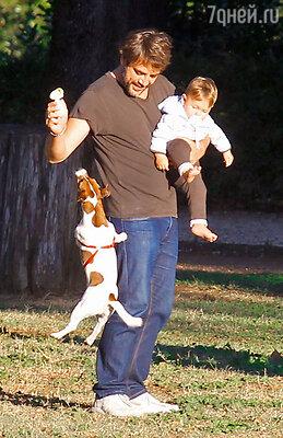 Хавьер Бардем на прогулке с сыном Лео. Рим, 2011 год