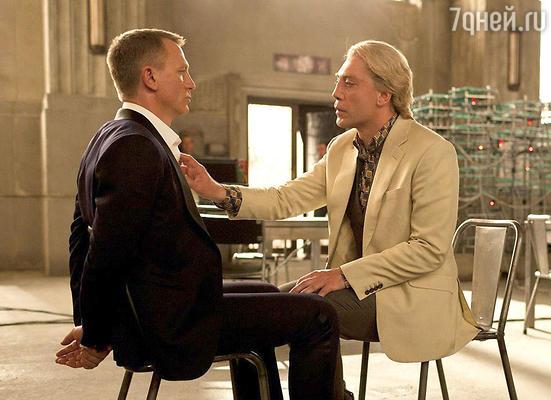 Хавьер Бардем с Дэниелом Крэйгом вфильме «007 Координаты Скайфолл»