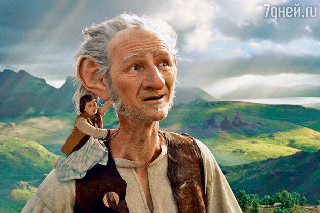 На плече великана (Марк Райлэнс) — главная героиня фильма «Большой и добрый великан» Софи (Руби Барнхилл)