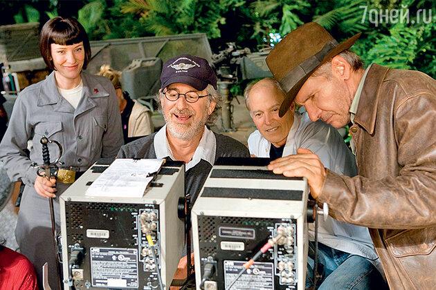 Стивен Спилберг с Харрисоном Фордом и Кейт Бланшетт на съемках фильма «Индиана Джонс и Королевство хрустального черепа». 2008 г.