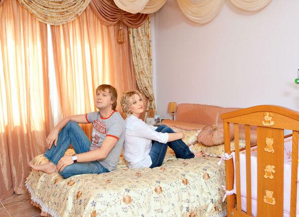 «Юля засиделась в моей тени. Она девушка амбициозная, и быть просто женой СережиСветлакова ей уже было недостаточно...». С женой Юлией, 2009 г.
