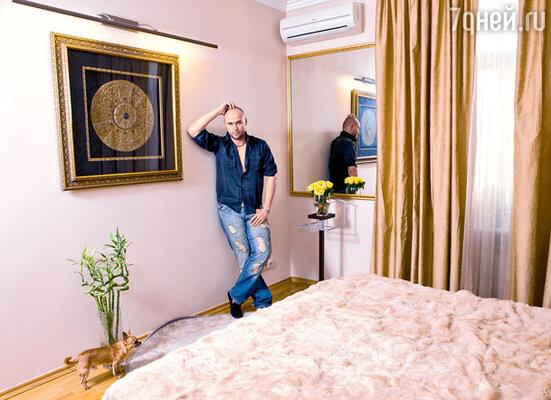 Хотя в спальне Аверина висит китайский гороскоп, в астрологию он не верит, но судьбу за благосклонность не устает благодарить