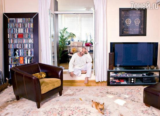 Обставляя квартиру, артист старался оставить как можно больше свободного пространства — «воздуха»