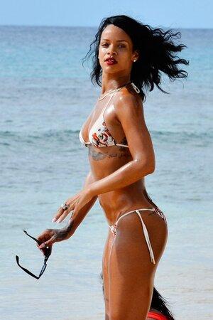 Рианна приняла участие в пляжной фотосессии