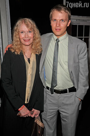 Ронан Фэрроу с матерью Миа Фэрроу 2013 год